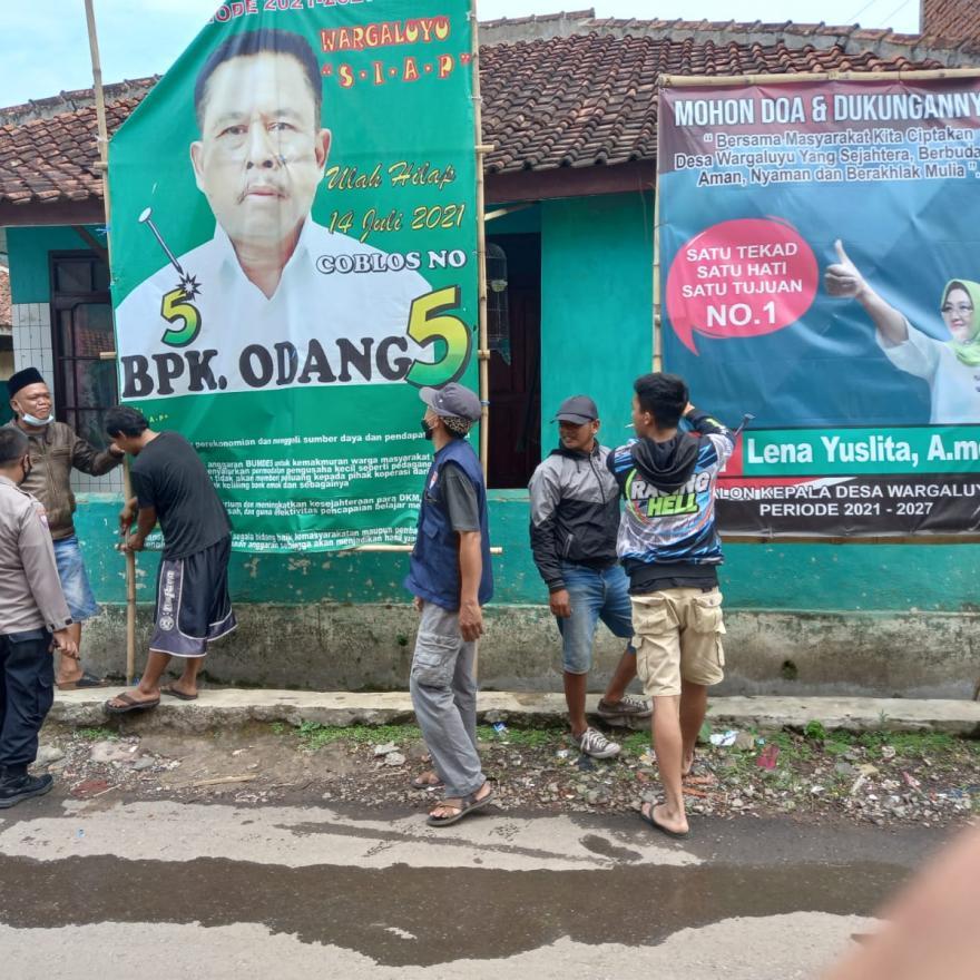 Jelang Masa Tenang Pilkades Desa Wargaluyu, Pembersihan Alat Peraga Kampanye
